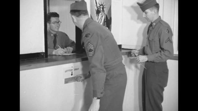 vidéos et rushes de cu soldier puts mail in mail slots / ms soldiers puts absentee ballots in army post office drop box near sign on wall with the statue of liberty and... - post it