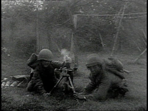soldier running with rifle alongside tank / soldiers operating artillery weapon / soldiers ducking and covering ears / explosion / soldiers running... - 1939 bildbanksvideor och videomaterial från bakom kulisserna