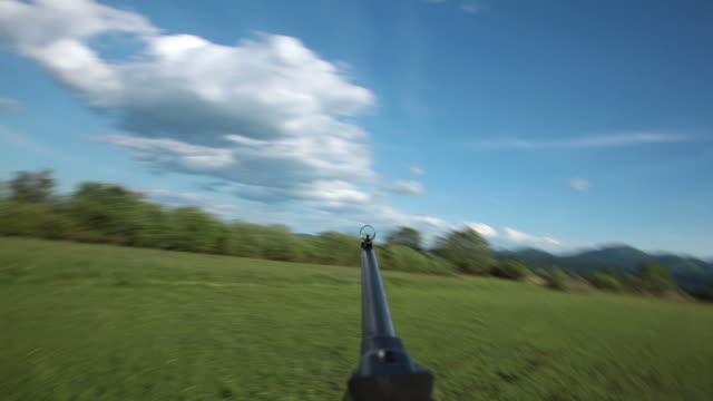stockvideo's en b-roll-footage met hd - soldier runs with a rifle - geweer