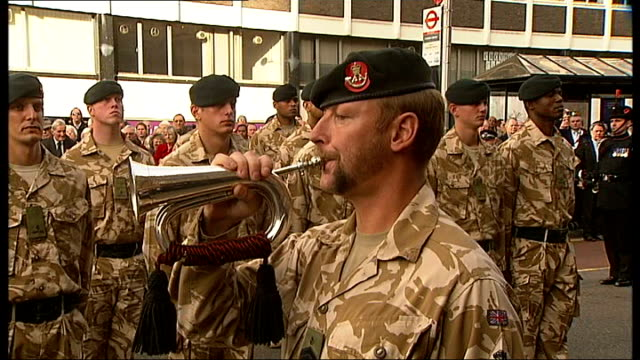 vidéos et rushes de soldier sounding the last post sot military saluting 2nd battalion, the rifles troops standing to attention woman holding white rose hands holding... - infanterie