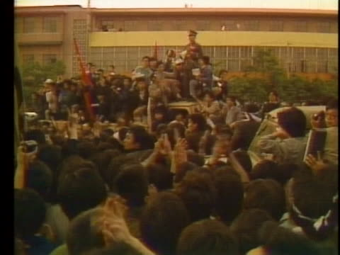 soldier speaks to protesters through a megaphone during the tiananmen square demonstration. - tiananmen square点の映像素材/bロール