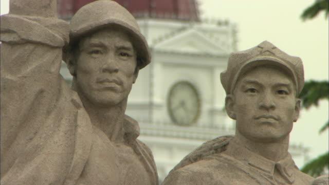 stockvideo's en b-roll-footage met cu r/f soldier statue and clock tower in tiananmen square, beijing, china - klokkentoren met wijzerplaat