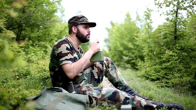 soldaten eine pause - soldat stock-videos und b-roll-filmmaterial
