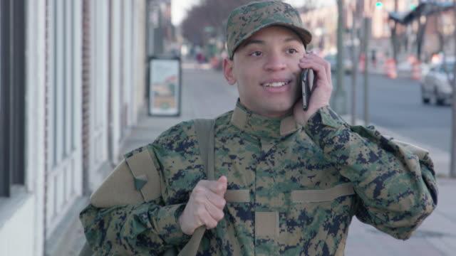Soldaat praten over slimme telefoon