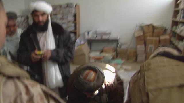 stockvideo's en b-roll-footage met soldier talking to civilians / musa qala helmand province afghanistan - vertaling