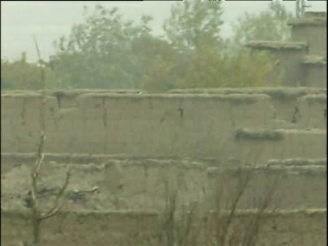 vidéos et rushes de soldier walking behind wall in distant taliban stronghold war in afghanistan 2001 - guerre d'afghanistan : de 2001 à nos jours