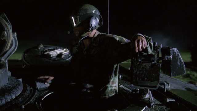 stockvideo's en b-roll-footage met cu, zo, ms, soldier watching area from tank hatch, usa - hatch