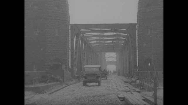 vidéos et rushes de soldier with mounted gun overlooking rhine river / mls ludendorff bridge extending across rhine / us soldiers standing in front of tollhouse at... - infanterie