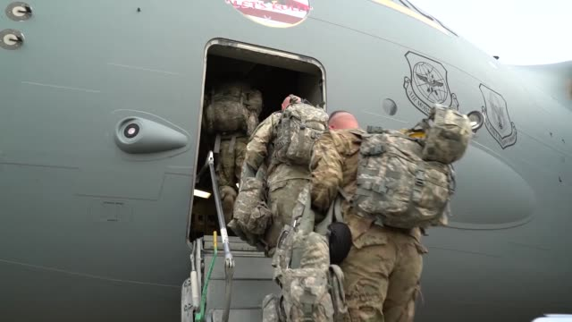 vidéos et rushes de soldiers and equipment from the 591st military police company arrive via c17 airlift in lackland air force base texas in support of operation... - sud ouest américain