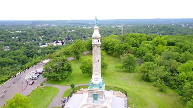 soldiers and sailors monument at east rock park - new haven stock-videos und b-roll-filmmaterial