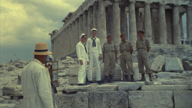 vidéos et rushes de 1967 ms soldiers and sailors posing for photograph standing in front of parthenon / athens, greece - athens greece