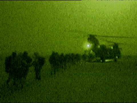 vídeos y material grabado en eventos de stock de soldiers board helicopter at night kuwait during iraq war 21 mar 03 - rotor de helicóptero