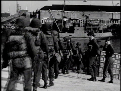 soldiers boarding ship for d-day / europe - 1944 bildbanksvideor och videomaterial från bakom kulisserna
