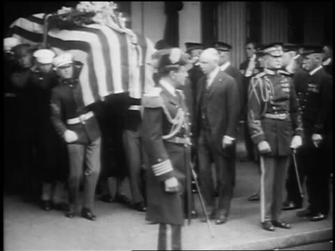 b/w 1923 soldiers carry president warren g harding's casket to hearse / san francisco - 1923 stock-videos und b-roll-filmmaterial