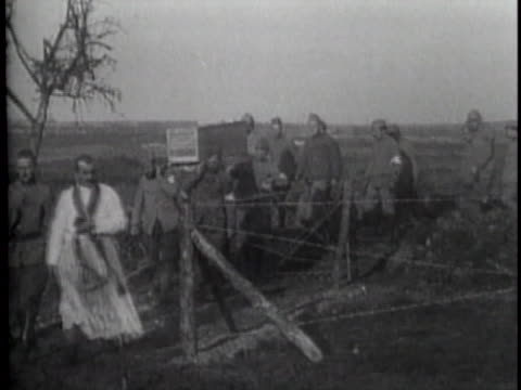 stockvideo's en b-roll-footage met wwi soldiers carrying coffins montage - slachtoffer