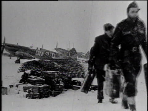 vidéos et rushes de soldiers carrying gasoline jerry cans / soldiers climbing atop fighter's wing / soldiers pouring gas into fuel tank - caméra tremblante