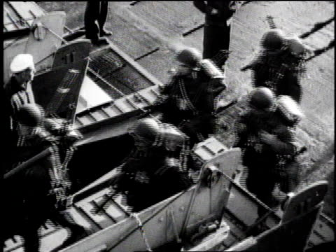 soldiers carrying gear, walking up gangplank to ship / large group of soldiers boarding ship / soldier holding onto pipe as he steps on board /... - kraneinstellung stock-videos und b-roll-filmmaterial