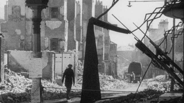 vídeos de stock, filmes e b-roll de 1942 montage soldiers, civil defense workers, and civilians in the rubble of world war ii bombing damage / bristol, england, united kingdom - forças aliadas