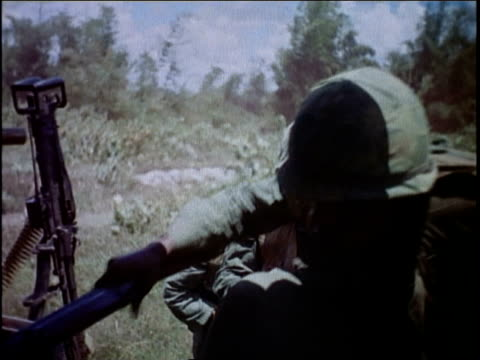 vidéos et rushes de soldiers climbing aboard helicopter and taking off / vietnam - infanterie
