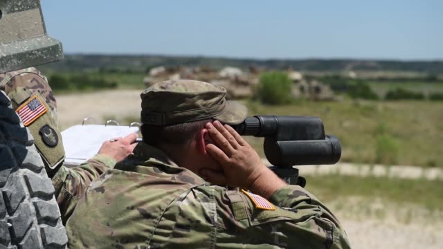vídeos y material grabado en eventos de stock de soldiers conduct test fires with m1 abrams tanks and bradley fighting vehicles at fort hood, texas, 12 august 2019 as part of an exportable combat... - infantería