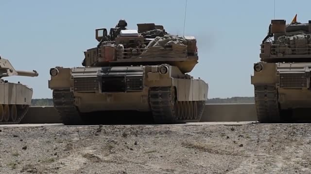 soldiers conduct test fires with m1 abrams tanks and bradley fighting vehicles at fort hood, texas, 12 august 2019 as part of an exportable combat... - 酋長点の映像素材/bロール