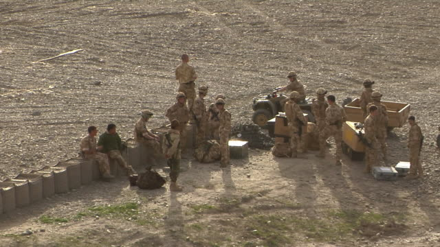 soldiers discussing in landscape / musa qala, helmand province, afghanistan. - britisches militär stock-videos und b-roll-filmmaterial
