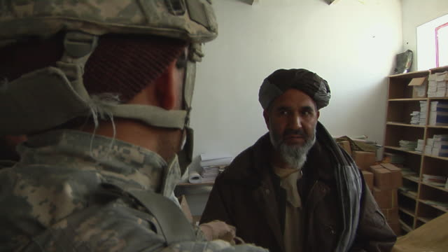 stockvideo's en b-roll-footage met soldiers discussing with civilians / mausa qala helmand province afghanistan - vertaling