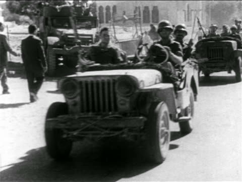 vidéos et rushes de b/w 1956 soldiers driving offroad vehicles past camera / suez crisis / sinai peninsula / educational - tout terrain urbain