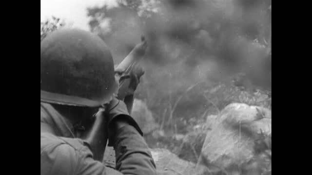 soldiers fighting in mountains - forze armate statunitensi video stock e b–roll