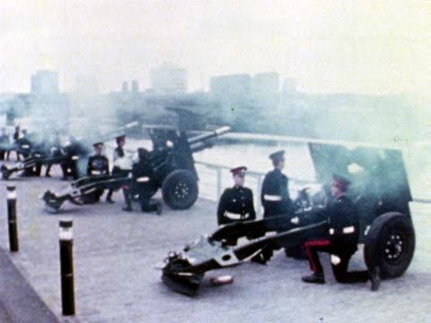 vídeos de stock e filmes b-roll de soldiers fire a 21 gun salute across the river clyde in honour of the queen's silver jubilee 1977 - glasgow escócia