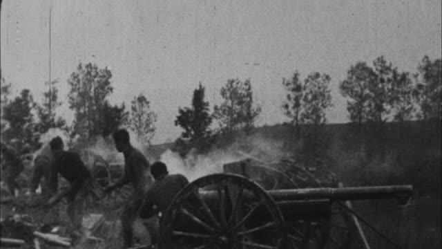 soldiers fire cannons / france - 1917 stock-videos und b-roll-filmmaterial