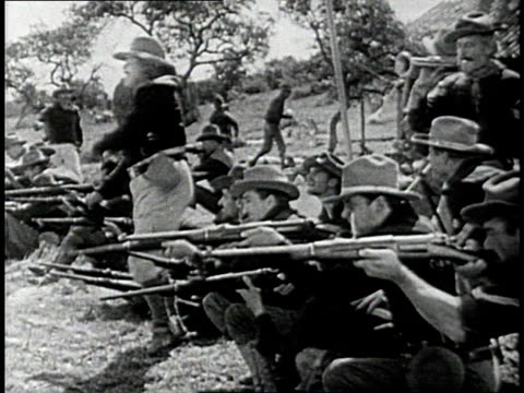 vidéos et rushes de reenactment soldiers firing rifles during a recreation of the 1898 spanish american war / cuba - révolution cubaine