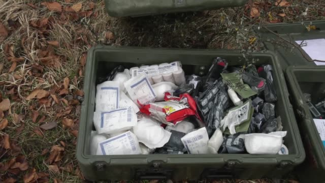 soldiers from 1st battalion 18th infantry regiment set up a medical aid station during allied spirit viii in hohenfels germany on jan 26 2018 - emt unloading stock videos & royalty-free footage
