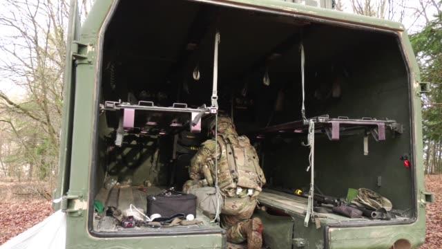 vídeos y material grabado en eventos de stock de soldiers from 1st battalion 18th infantry regiment set up a medical aid station during allied spirit viii in hohenfels germany on jan 26 2018 - vehículo acorazado