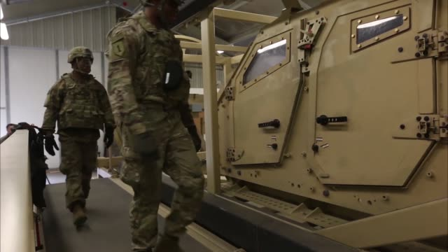 soldiers from 299th brigade support battalion, 2nd armored brigade combat team, 1st infantry division, fort riley, kansas, conduct met training at... - 戦隊点の映像素材/bロール