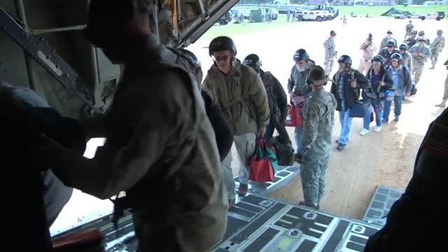 vídeos y material grabado en eventos de stock de soldiers from 4th infantry brigade combat team 25th infantry division evacuated united states citizens from a notional country at jrtc during the... - evacuación