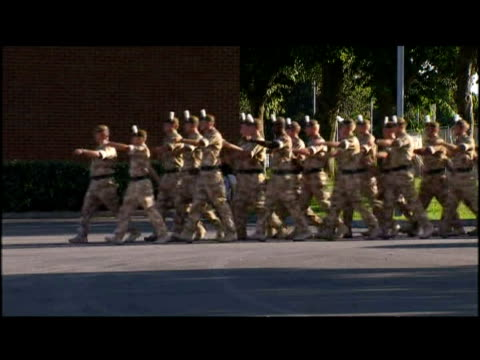 soldiers from c company 2nd battalion the royal welsh guards homecoming parade - ウェールズ文化点の映像素材/bロール