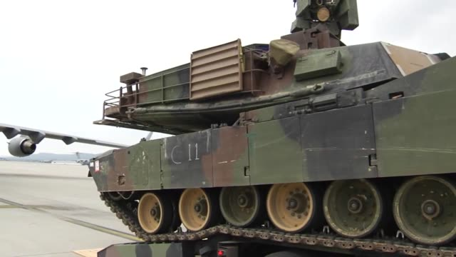 soldiers from company c, 3rd combined arms battalion, 69th armor regiment, 1st armored brigade combat team, 3rd infantry division load an m1a2 abrams... - 連隊点の映像素材/bロール
