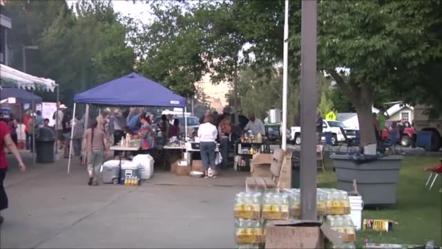 soldiers from hhc 161st infantry washington national guard assist the community of pateros wash at their donation site at the local high school... - baseballmannschaft stock-videos und b-roll-filmmaterial