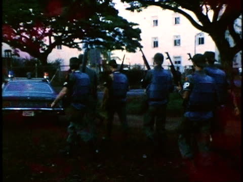 soldiers from swat team at schofield barracks wearing body armor suits advancing toward barracks building with their rifle guns drawn/ honolulu oahu... - allarme di prova video stock e b–roll