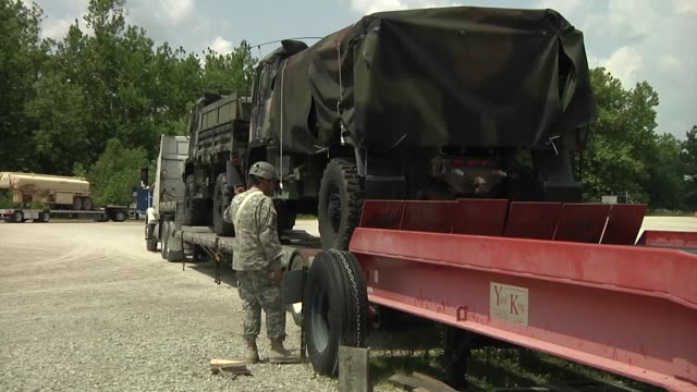 soldiers from the 1120th headquarters company phoenix arizona and the 823rd movement control battalion missoula montana run a marshaling yard at camp... - malattia a trasmissione sessuale video stock e b–roll