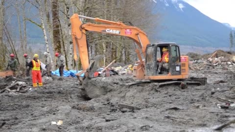 soldiers from the 141st civil engineering squadron, washington national guard assist local civilian authorities in the search and rescue operations... - ワシントン州 オソ点の映像素材/bロール
