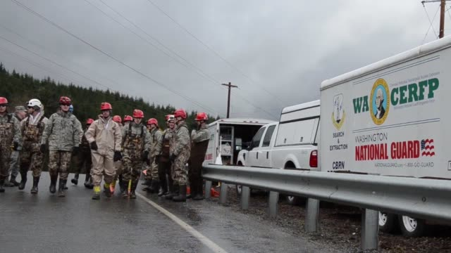stockvideo's en b-roll-footage met soldiers from the 141st civil engineering squadron washington national guard assist local civilian authorities in the search and rescue operations in... - oso washington