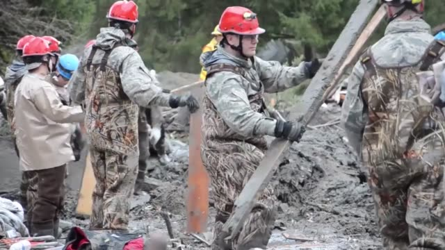 soldiers from the 141st civil engineering squadron washington national guard assist local civilian authorities in the search and rescue operations in... - 救助隊点の映像素材/bロール