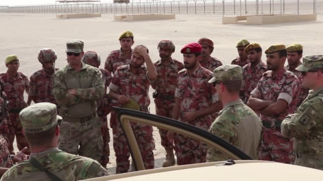 stockvideo's en b-roll-footage met soldiers from the 157th military engagement team and the royal army of oman's border guard brigade share border security strategies - camouflagekleding