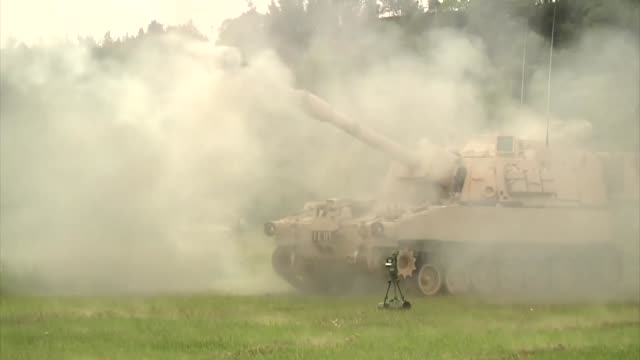 us soldiers from the 1st cavalry 1st brigade combat team 1st division spent their day firing m109a6 paladins at a range on grafenwoehr germany friday... - 装甲車点の映像素材/bロール