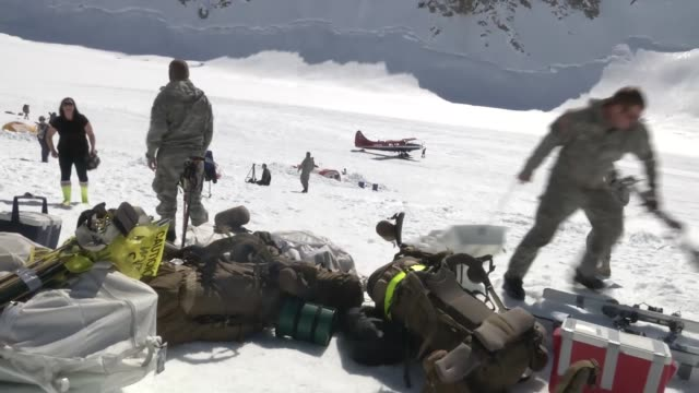 soldiers from the 1st stryker brigade combat team 25th infantry division are briefed for their upcoming climb of mount mckinley they then arrive at... - base camp stock videos and b-roll footage