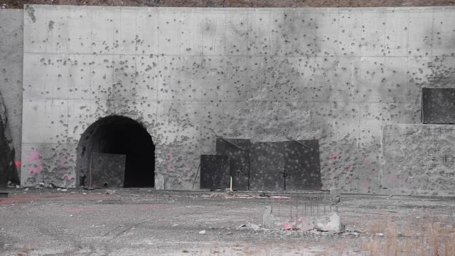 vídeos de stock, filmes e b-roll de soldiers from the 2nd multinational engineer battalion german explosive ordnance disposal team conduct a scenario based training exercise at camp... - detonador