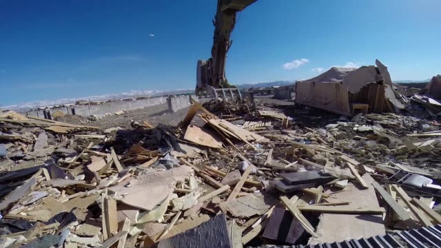 soldiers from the 858 engineer company 223 engineer battalion of the mississippi national guard demolish and haul away structures on forward... - 懐中時計点の映像素材/bロール