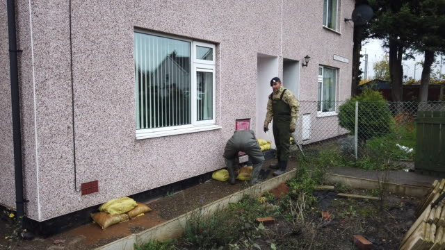 soldiers from the light dragoons sandbag the homes of residents in bentley as residents start to salvage belongings from their homes and businesses... - sandbag stock videos & royalty-free footage